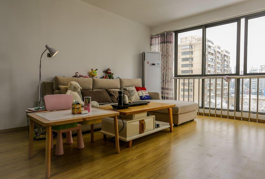 宽敞的客厅是共享区域
