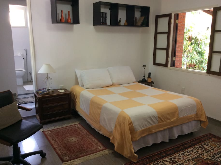 Large and airy suíte with queen size bed