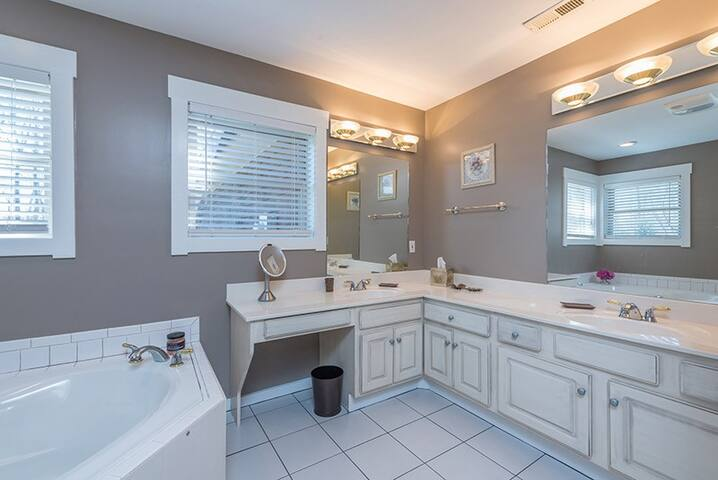 Large master bath w/ soaker tub and double vanity