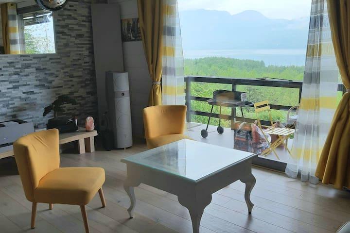 Chalet d'artiste entre lac et montagne