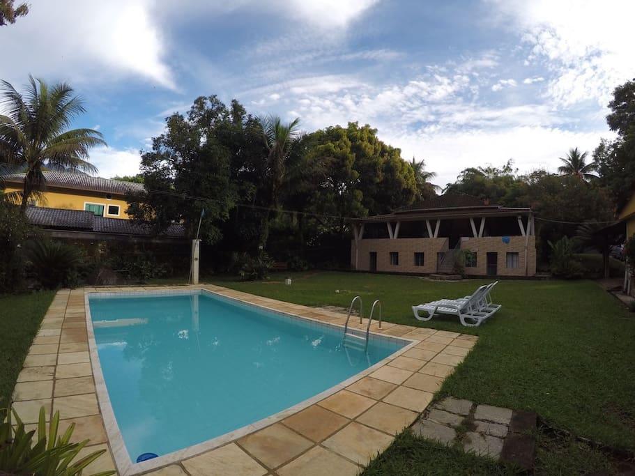 Vista da parte traseira da casa, piscina, gramado e espaço à vontade