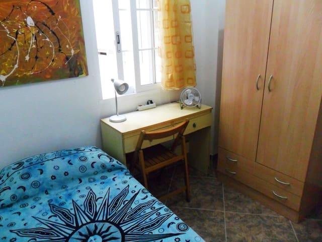 Private room with 1 single bed - València