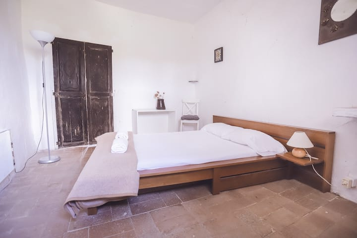 "Bedroom ""Besalú"" with swimming-pool"