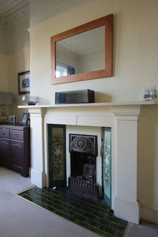 Open fire that is largely for decoration. For longer stays it can be used.