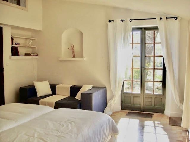 Private bedroom with bathroom (free parking/wifi)