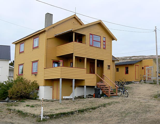 """Stort hus i Finnmark. """"Nattas Hus"""". Bugøynes."""