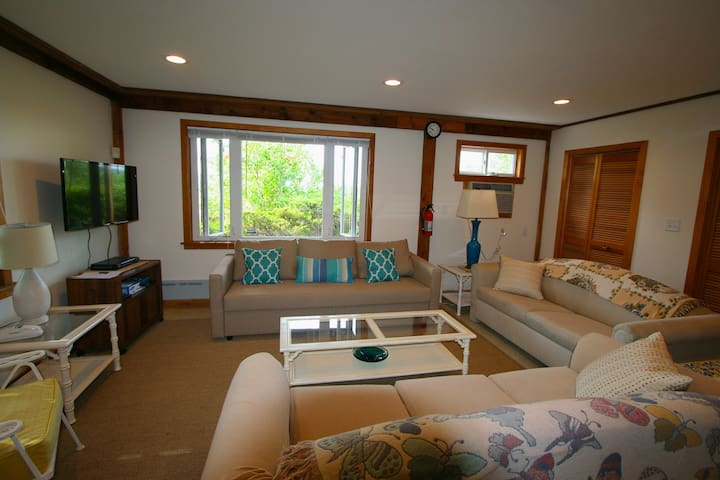 Sweet 1 BR Steps from White Sands of Private Beach