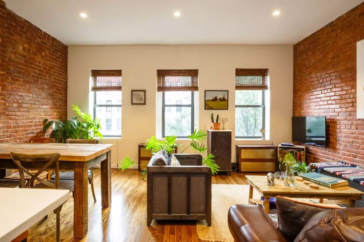 BRIGHT, SPACIOUS, BROWNSTONE MANHATTAN APT!