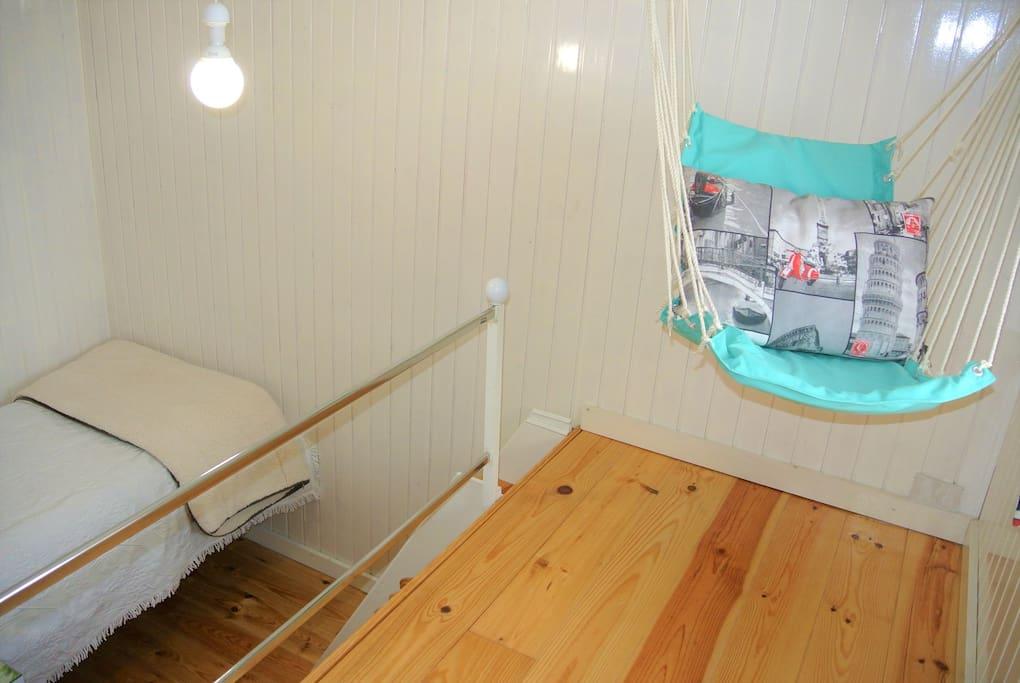 Quarto com pequeno mezanino/ habitación con pequeño altillo/ nice room, with a little mezzanine/ sympathique chambre avec un petit mezzanine.