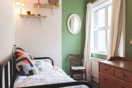 Single in Zone 1 Victorian Townhouse - London - Townhouse