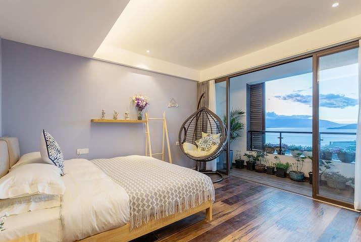 海景次卧 带阳台  Lake view bedroom with balcony