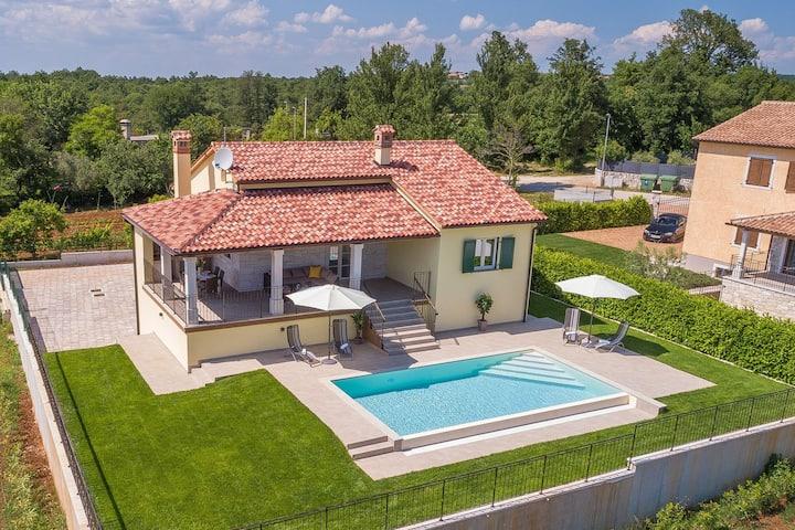 Villa tranquila en Dubravci con piscina