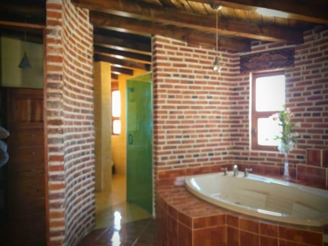 Baño, vestidor y jacuzzi  de recámara principal