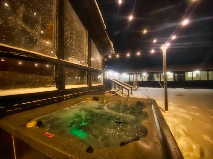 The Old Tale Inn - Queen room w/ Hot Tub in Downtown Leadville!