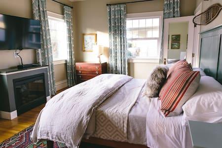 LODGE 902 Downtown : Room 1: King: Main Floor