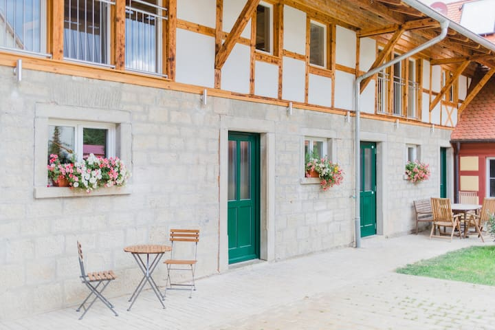 Traumhafte Ferienwohnung mit Bachlauf im Garten - Simmershofen - Apartamento