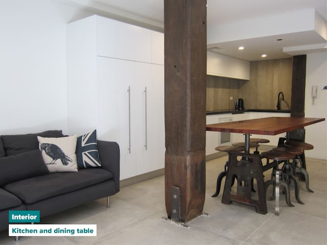 Huge creative warehouse apartment. Walk to CBD!