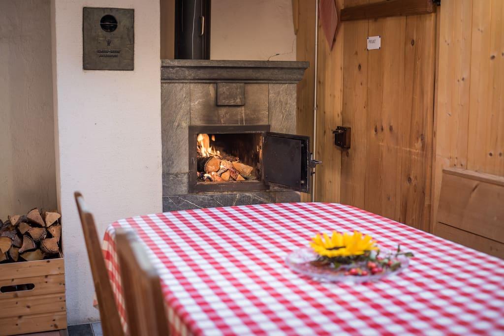 Esstisch mit Specksteinofen