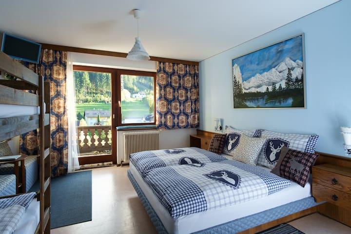 Blue room in der Alpenpension Weltsprachen