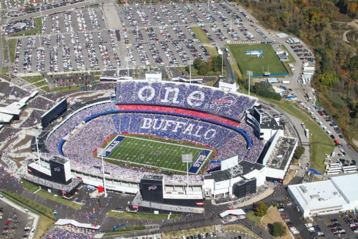 PERFECTLY LOCATED UNIT FOR 4 - NEAR NEW ERA FIELD