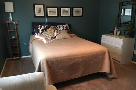 Convenient Guest Room - Farmington