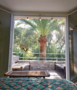 Chambre, terrasse, privatives dans la verdure avec vue mer