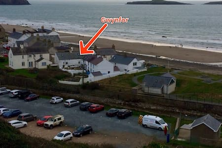 Quaint  fisherman's cottage by the sea - Pwllheli