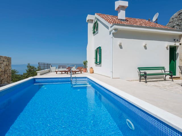 Holiday home Melly w/ heated pool in peaceful area