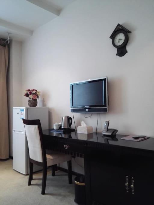 冰箱、电视、电话和书桌