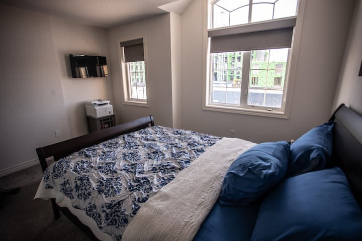 Private 2nd bedroom in the Heart of Waterdown
