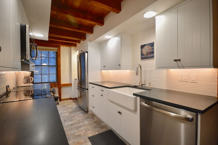 Fully renovated kitchen with brand new appliances for 2019