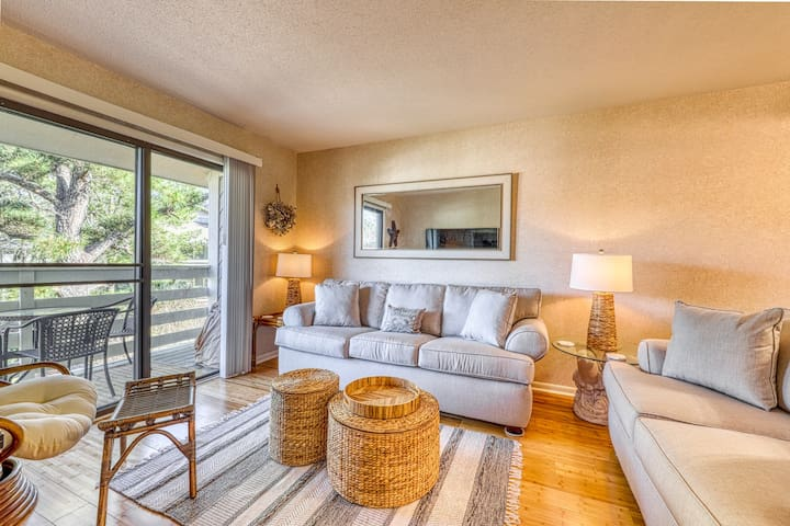 Relaxing condo with private balcony, shared pool, & tennis - close to the beach!