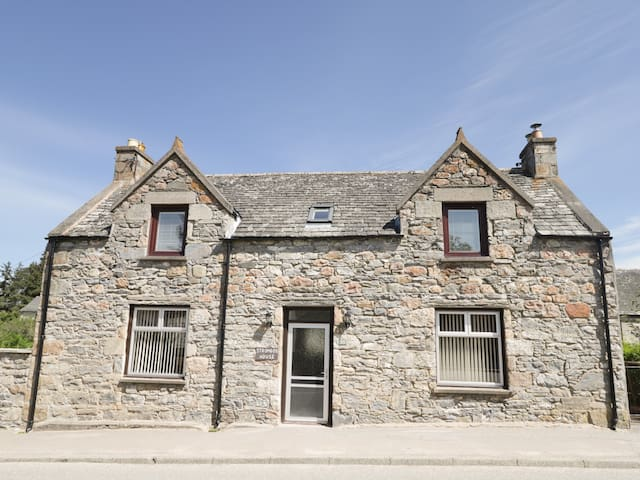 STROMBOS, pet friendly, with open fire in Tomintoul, Ref 946893