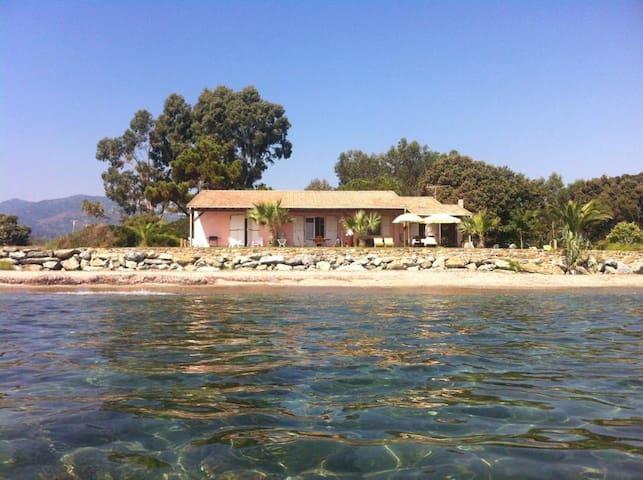 Villa pieds dans l'eau