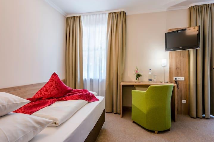 """Der Eisvogel Hotel - Gasthof - SPA (Bad Gögging), Einzelzimmer """"Abens"""" mit SPA-Bereich mit Blick zur Abens"""