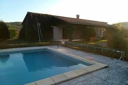 Maison individuelle avec piscine, pétanque.