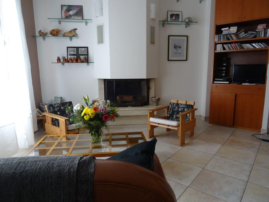 Salon (espace commun exclusivement réservé aux voyageurs) – Living Room (common area, exclusively for travellers)