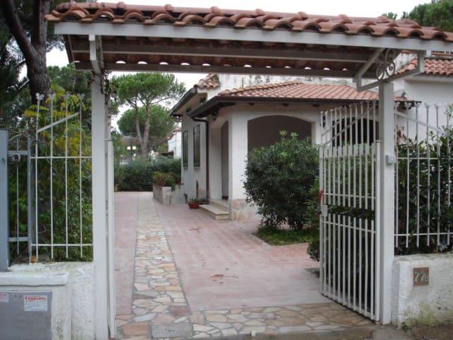 Villa Scala in Baia Domizia a due passi dal mare