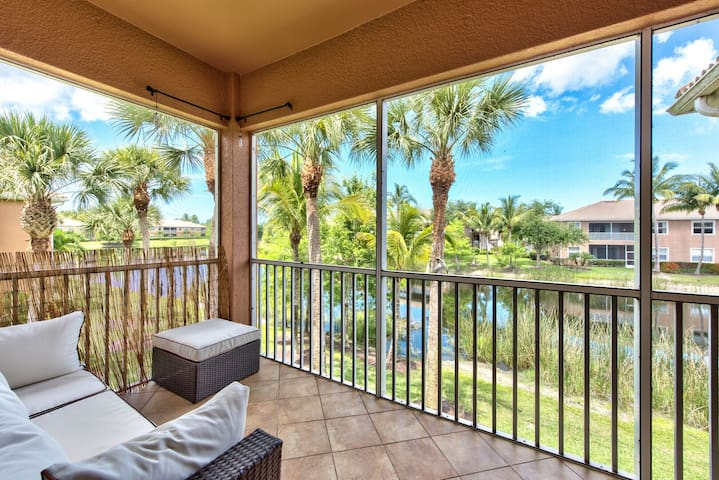 Condo in Naples Luxury,Hotel Style Community Pool, BBQ Area,Short drive to Beach