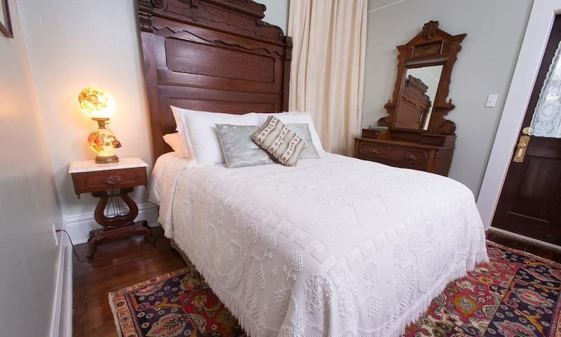 Audrey's Attic: The Guest House Luxury B&B near beach!