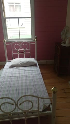 Basic room, in heart of Lismore - Lismore - Maison
