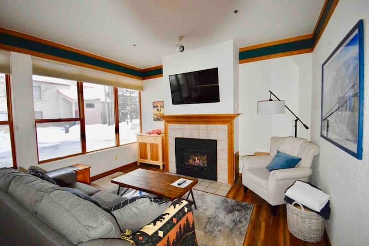 Cozy condo steps from Mountain House lifts!