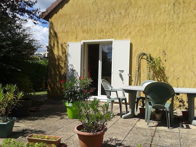 Maison jaune située à Dole ,5 minutes du centre