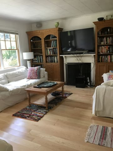 Sweet 4 bed Hamptons little house on quiet street