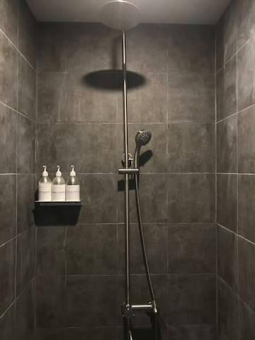 Private shower room(단독 샤워실)
