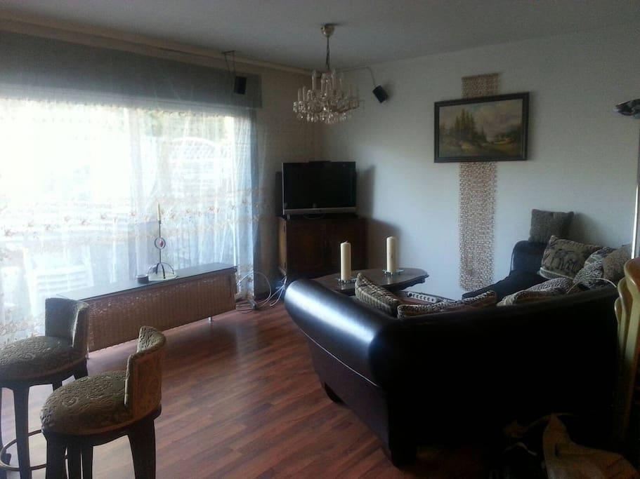 Wohnzimmer (Bild 2) mit Bar, großzügiger Couch und TV mit 2000 Sendern