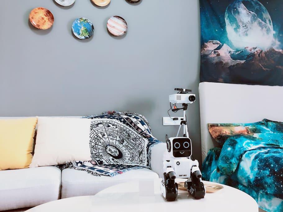 投影仪在沙发和床的中间