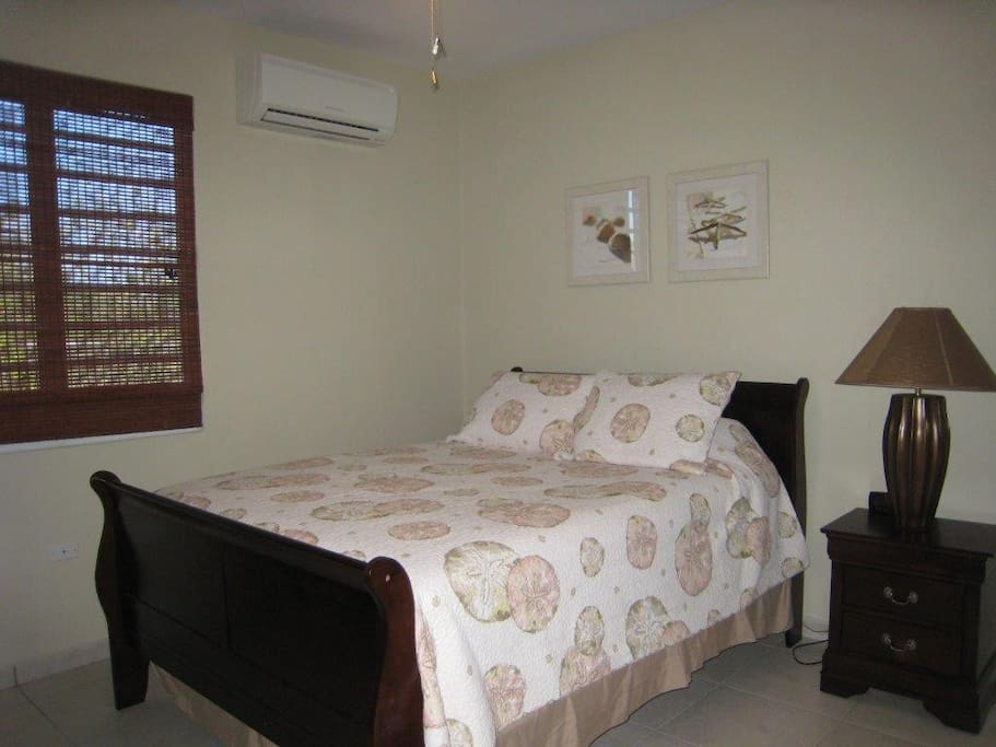 Queen size bed & A/C
