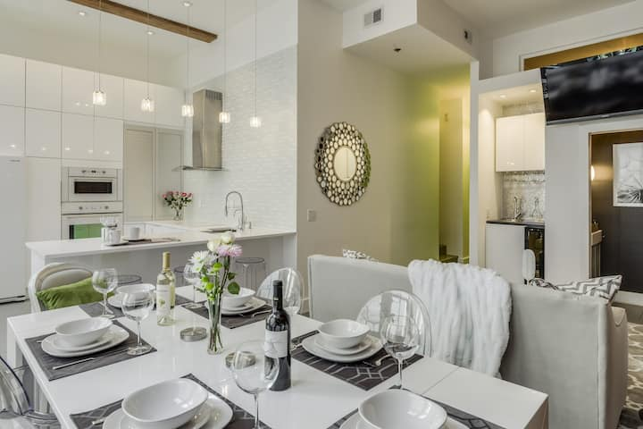 Center of Downtown, Luxury & Glam, Sleeps 6!