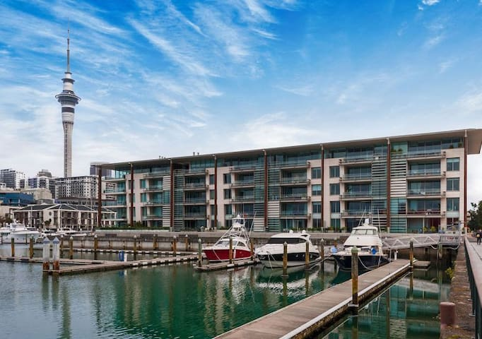 Auckland Waterfront Apartment, Modern and Sunny